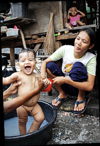 Baseco bath time infant baby Buhay Pinoy Philippines Filipino Pilipino  people pictures photos life Philippinen  菲律宾  菲律賓  필리핀(공화�)