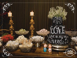 Mesa deliciosa de doces, velas para compor o glamour da mesa! Tudo lindooo, decorado para encantar, pela Materfloris.