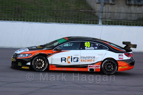 Árón Smith in BTCC action at Rockingham 2015