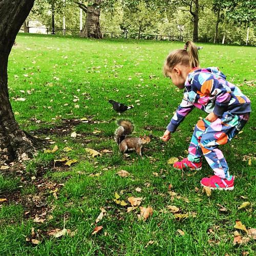 #squirrel & #child II  @ #StJamesPark #BuckinghamPalace #London #LDN  #traveloup