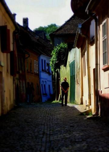 Calle medieval de la ciudad de Sighisoara, en Rumanía