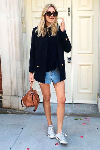 Saia jeans. Complemento ideal para... tudo! E a melhor maneira francesa de usá-la é com blazer e sneakers