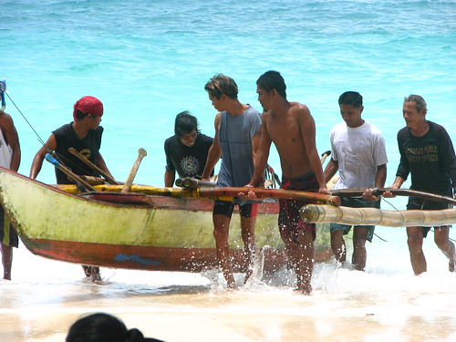 men carrying boat to shore Boracay, Aklan, Philippines Buhay Pinoy  Filipino Pilipino  people pictures photos life Philippinen