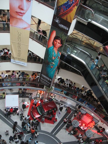 Garuda Mall, Bangalore por drmarcus. * To buy clothes, silks, shoes or some