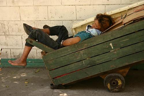 sleeping push cart kariton sidewalk street Pinoy Filipino Pilipino Buhay  people pictures photos life Philippinen  菲律宾  菲律賓  필리핀(공화�) Philippines