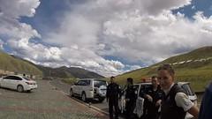 """""""unsere"""" Polizisten mit den beiden Autos vor Larung Gar"""