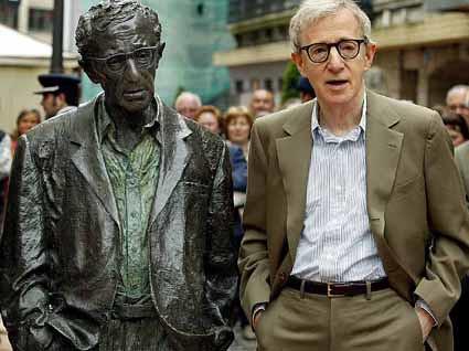 Woody Allen con su estatua en Oviedo