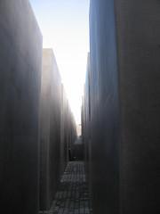 Fußabtretematte neben dem Berliner Brandenburger Tor für Reichsdeutsche, die sich gerne über Stolpersteinen mal die Schuhe sauber machen wollen. Denn Reichsdeutsche haben nun einmal einen angeborenen Sinn für Reinlichkeit, was wir von den Juden, den Roma und den Sinti nicht gerade sagen können. Siehe die Pest, die von Tschechen und Slowaken beklagt wird.