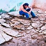 Homme seul au milieu de décombres