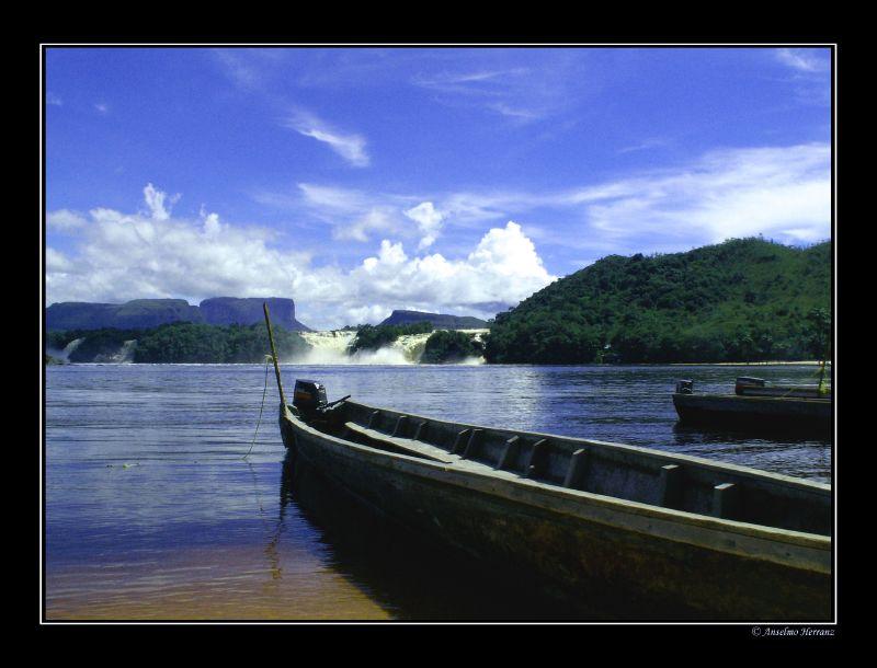Canoas en la laguna de Canaima - Venezuela