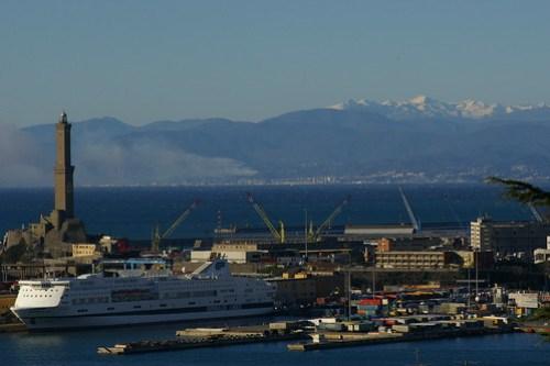 Genova: la Lanterna e le Alpi Marittime