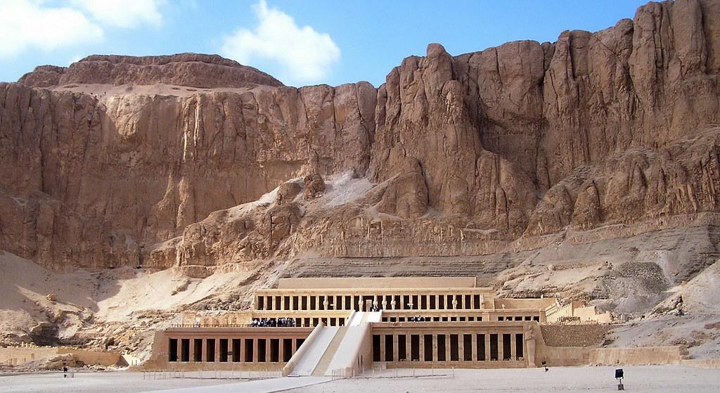 Egipto Deir el Bahari vista exterior Templo funerario de Hatshepsut 01