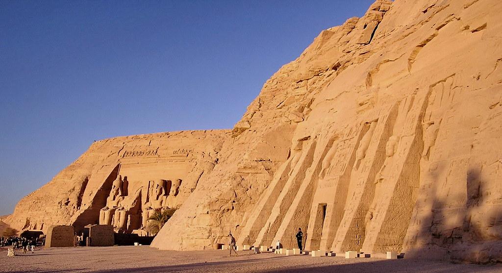 Estatuas de Nefertari y Ramses II Templo menor de Abu Simbel dedicado a Nefertari y la diosa Hathor Egipto 01