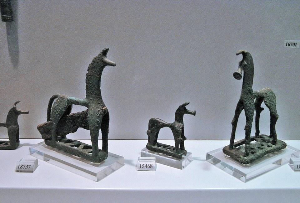 Estatuillas de bronce caballos Museo Arqueologico Nacional Atenas Grecia 119
