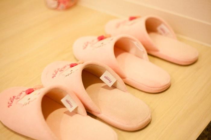 地上放著 Hello Kitty 的拖鞋