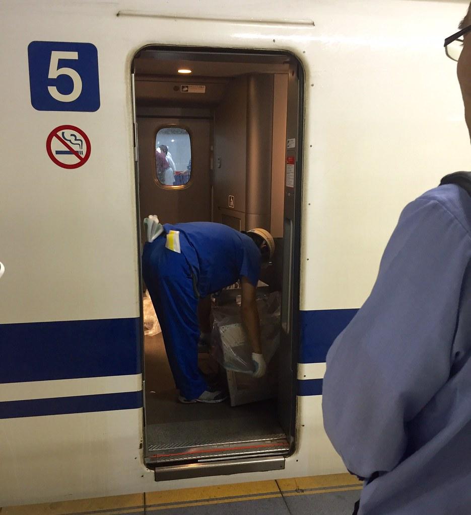 Garbage collection begins for Tokyo Shinkansen bullet train