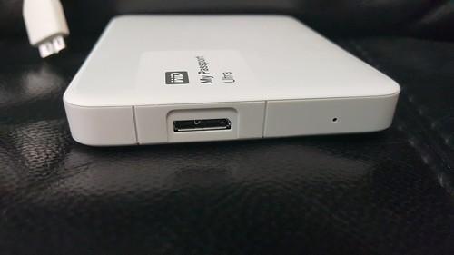 พอร์ต Micro USB 3.0 และไฟแสดงสถานะการทำงานของฮาร์ดดิสก์