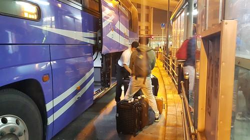 ตอนลงจากรถบัส ก็เอาบัตรรับกระเป๋าให้พนักงาน เพื่อรับกระเป๋า