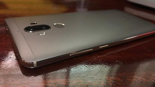 ด้านขวาของ Huawei Mate 9