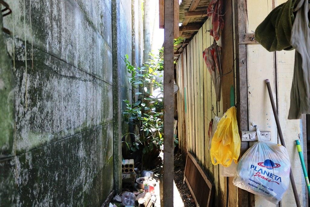 Aterro junto ao muro da APPA leva risco para casas na Vila Portuária 11