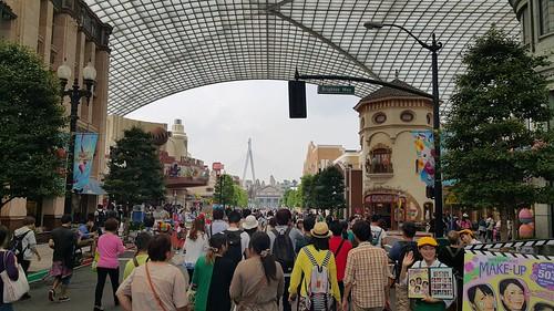 Universal Studios ตอนเปิดให้เข้ามาช่วงแรกๆ ของวัน คนยังกะมด แต่เดี๋ยวก็กระจายๆ กันไปเที่ยวตามที่ต่างๆ เอง