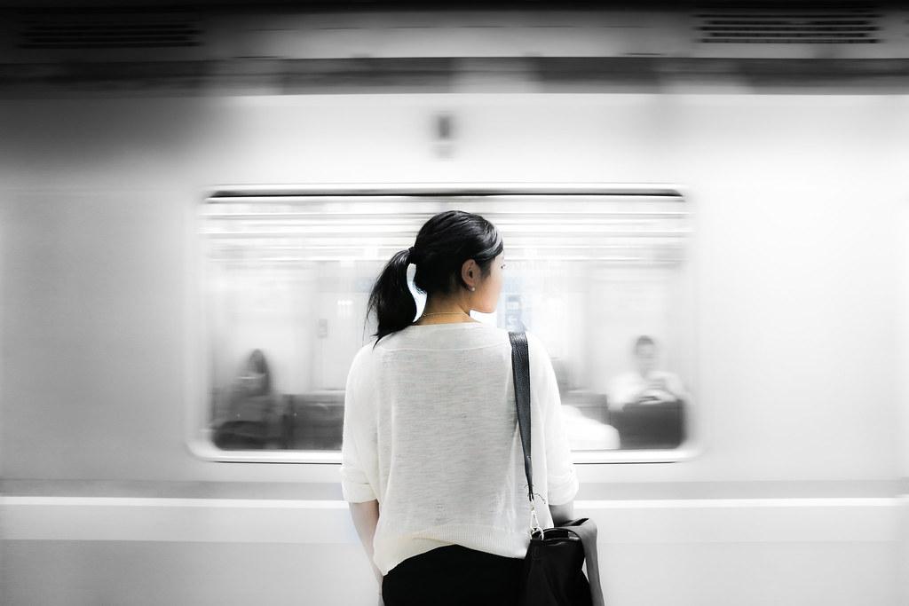 Imagen gratis de una chica asiática frente a un metro