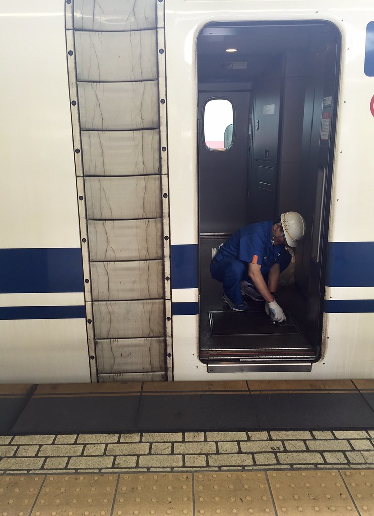 Cleanup starts in Shinkansen bullet train at Tokyo Station