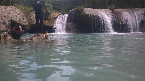Con la cámara a nivel del agua en la cascada superior de Cambugahay