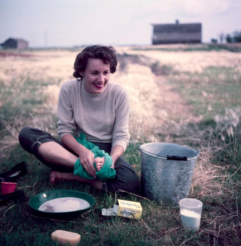 Makeshift bath in Prairies. Audrey James washing up, Portage-la-Prairie, Manitoba / Bain improvisé, Prairies. Audrey James en train de se laver, Portage-la-Prairie (Manitoba)