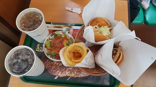 มื้อเช้า Mos Burger แถวๆ ปราสาทโอซาก้านั่นแหละ