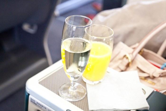 一上座就先問你要不要喝飲料,我點了一杯香檳,老婆點了一杯.....水,因為他什麼也不能喝