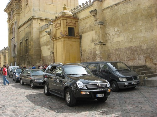 Invasion zona peatonal de la Mezquita en plena Semana Europea de la Movilidad. Ya la doble fila de coches tapona el monumento único en el mundo