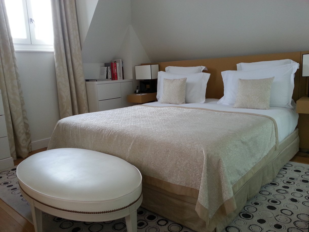 King size bed : Grand Hotel du Palais Royal Paris