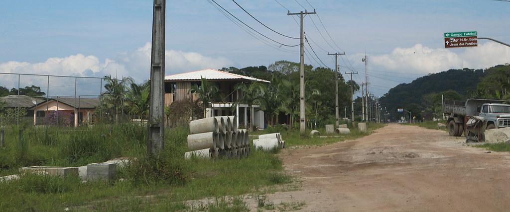 Avenida Ararapira continua estrada de chão de terra em Guaraqueçaba 2