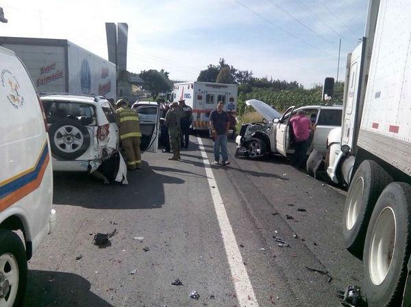 Choque múltiple en autopista Guadalajara-México deja un muerto