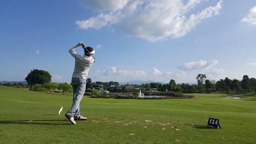 สนามกอล์ฟที่ Rancho Charnvee Resort & Country Club เป็นแบบ 18 หลุม