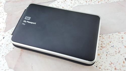 WD My Passport Pro มีฮาร์ดดิสก์อยู่ข้างใน 2 ลูก ใช้งานแบบ RAID0 หรือ RAID1 ก็ได้