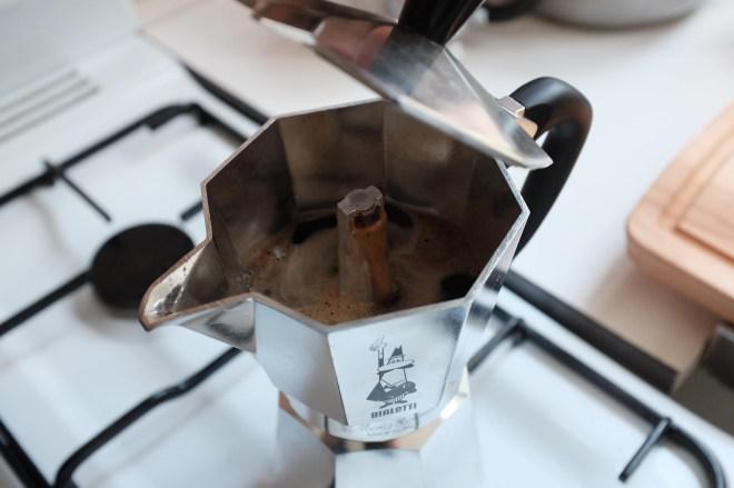 커피가 나오는 모습