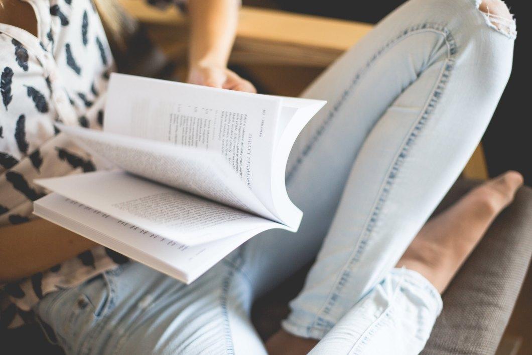 Imagen gratis de una mujer leyendo