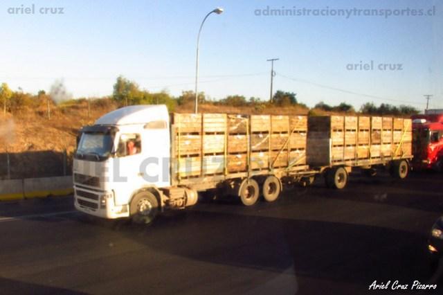 Camión Volvo en Peaje Troncal Río Claro