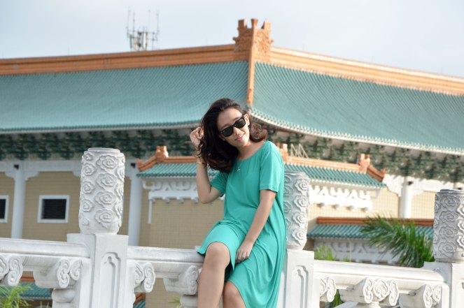 casual loose fit cos green dress,rayban wayfarer, national palace, taipei