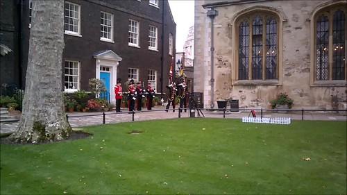 Soldados montando espectáculo en la Tower of London