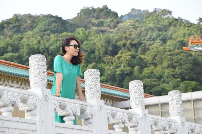 casual loose fit cos green dress, national palace, taipei, taiwan, rayban wayfarer