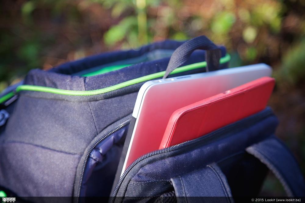 Achteraan heb je ook nog eens een vak waar je een 15 inch laptop en een tablet in kwijt kan.