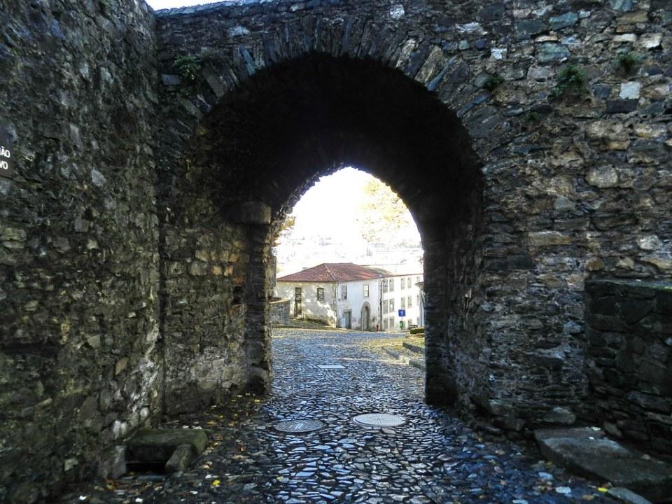 puerta arco Muralla de la Ciudadela Braganza Portugal 17