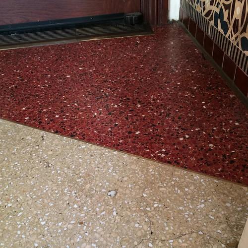 1901入り口の床に隠れミッキーあった。