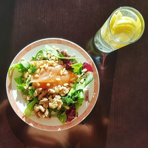 Lachs, Salat, Walnüsse und Pinienkerne. Und ein Zitronenwasser. . . . . . . . #ketose #keto #lchf #ciaocarb #lowcarb #ketogen #ketoseportal