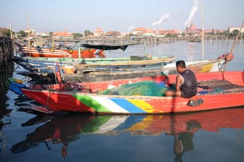 Repairing damaged nets. Aktifitas kampung nelayan, lumpur Gresik
