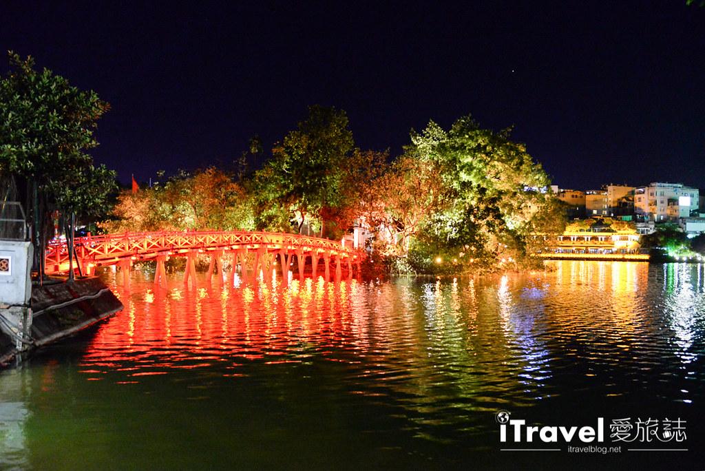 《河内景点推荐》还剑湖:河内市旧城区的地标景点,漫步在三十六古街旁的夜间点灯湖畔。