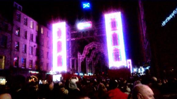 El chou navideño de luces en Edimburgo